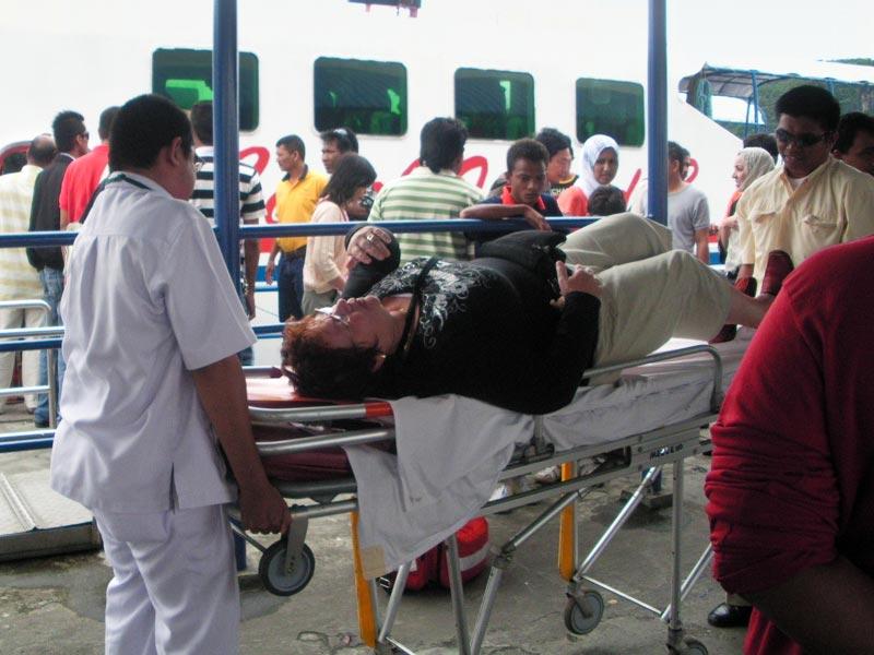 Frau kommt ins Krankenhaus nach Fährfahrt, Malaysia