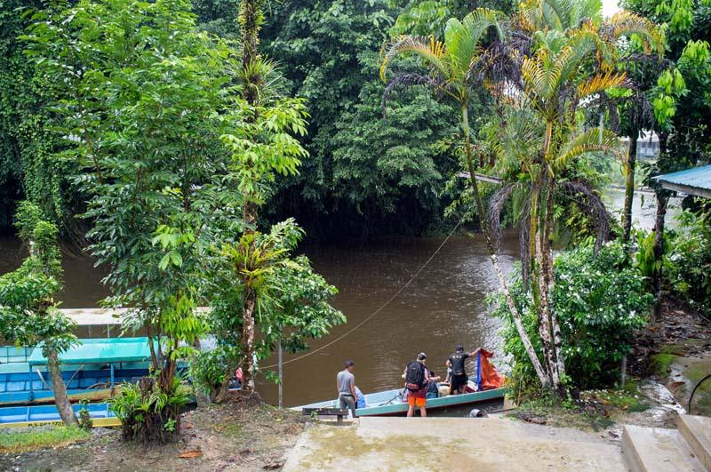 Am Fluss im Ort Mulu