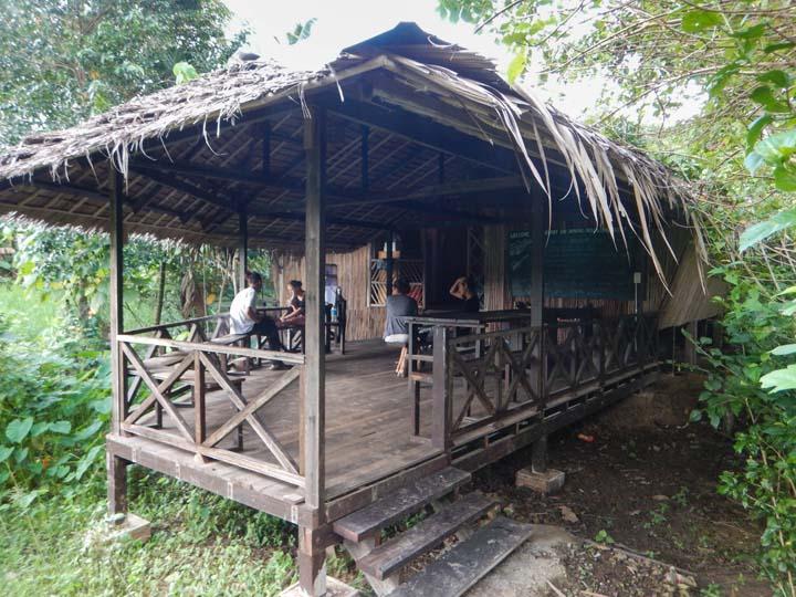 Gemeinschafts Area am Langhaus im Dschungelcamp