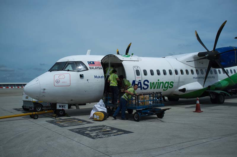 Propellerflugzeug bei Ankunft in Mulu