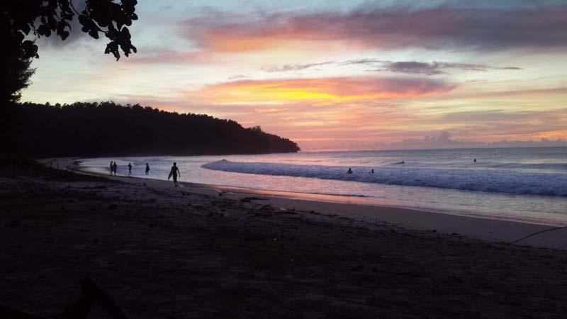 Sonnenuntergang am Strand beim Tip Top Restaurant an der Spitze Borneos