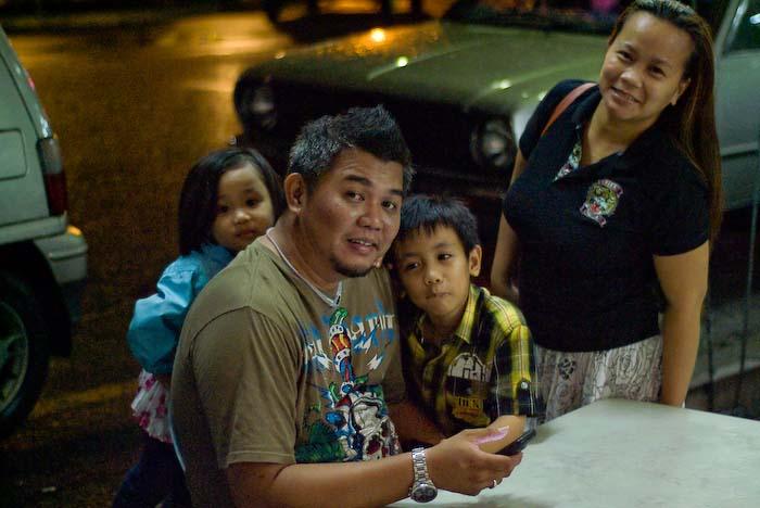 Sohn Alestair mit Frau Suhana und die Kinder Aiman und Airyn , Kuching, Borneo, Malaysia