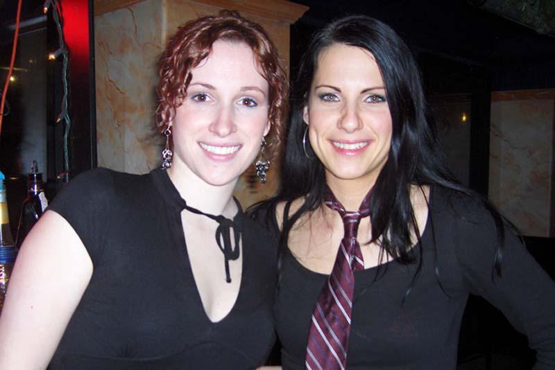 Andrea und Anne in der Mercury Bar als Shooter Girls, Halifax, Nova Scotia, Kanada