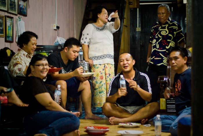 Angels Verwandte vor der Feier, Iban Longhouse, nahe Betong, Borneo