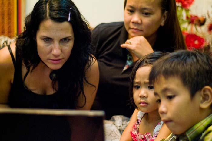Anne, Suhana, Airyn und Aiman schauen Fotos an, Kuching, Borneo, Malaysia