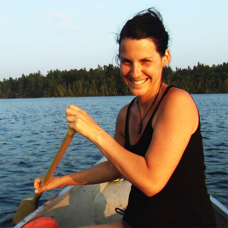 Anne beim Paddeln mit unserem neuen Kanu, Quebec, Kanada