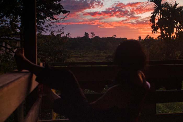 Anne beobachtet Sonnenuntergang, Mulu Nationalpark, Borneo, Malaysia