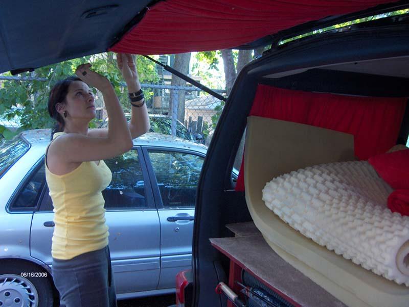 Anne bringt die Vorhänge an, Halifax, Nova Scotia, Kanada