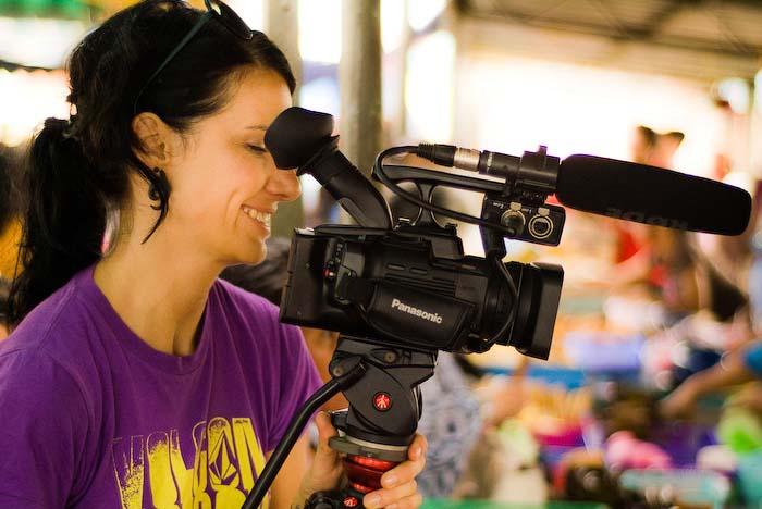 Anne filmt die Marktfrau, nahe Kuching, Borneo