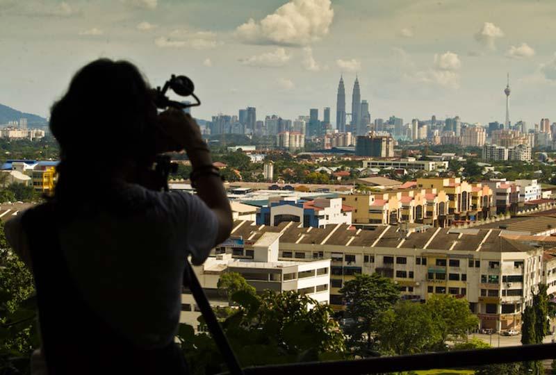 Anne filmt die Skyline Kuala Lumpurs, Malaysia