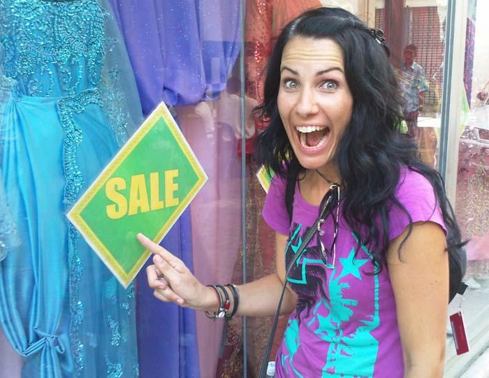 Anne freut sich über Klamotten-Schnäppchen, Sandakan, Borneo, Malaysia