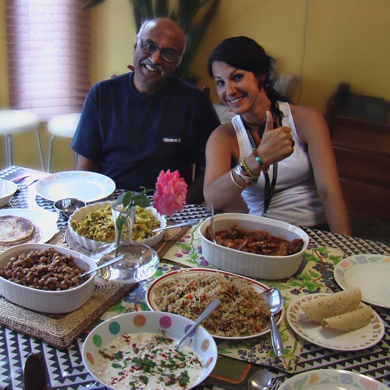 Anne freut sich aufs indische Essen, daneben Ashok, Toronto, Ontario, Kanada