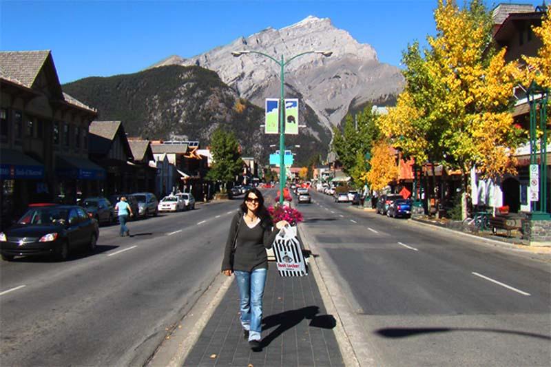 Anne geht Shoppen, Banff, Alberta, Kanada