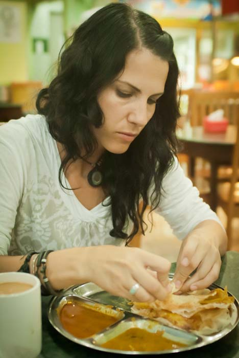 Anne genießt die Rotties, Sandakan, Borneo, Malaysia