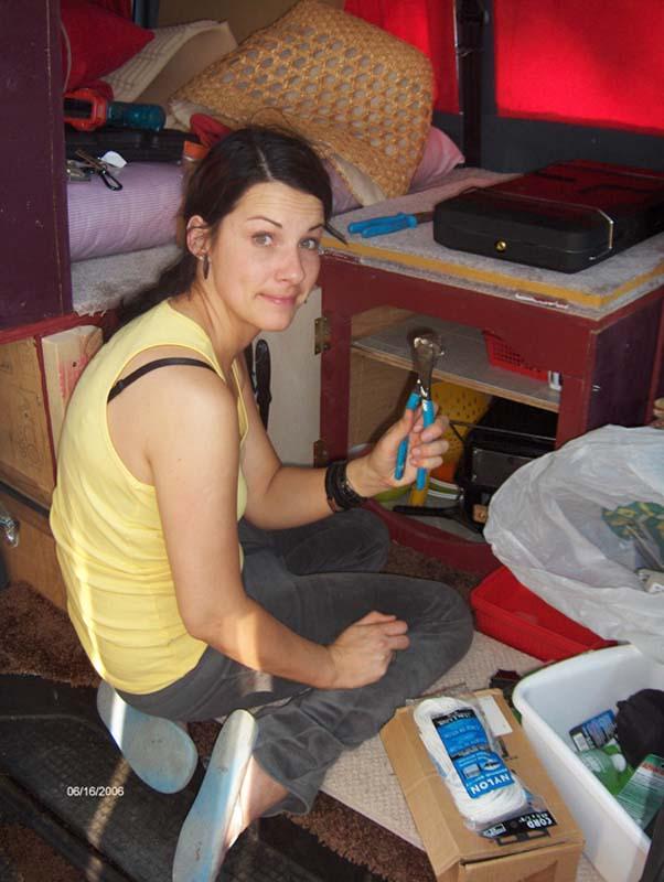 Anne hilft fleissig beim Busausbau, Halifax, Nova Scotia, Kanada