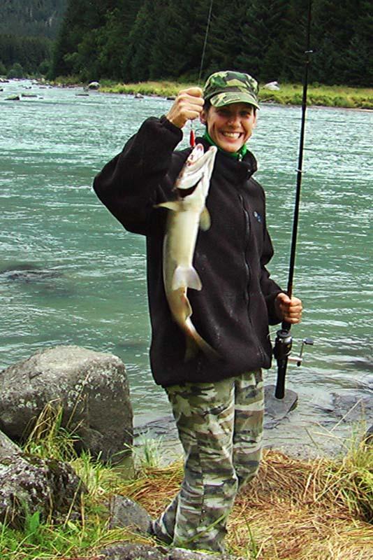 Anne mit eigenem Lachs, Haines, Alaska, USA