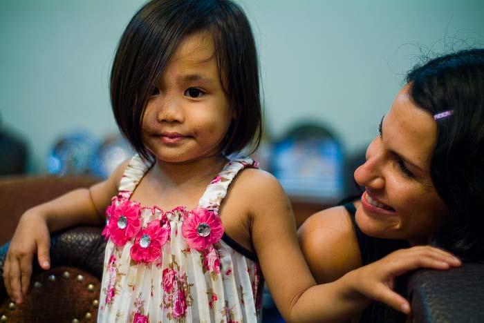 Anne schaut zu Airyn, Kuching, Borneo, Malaysi