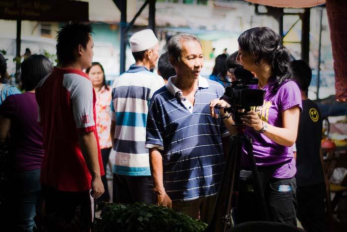 Anne spricht mit einem Mann, Markt nahe Kuching, Sarawak, Borneo