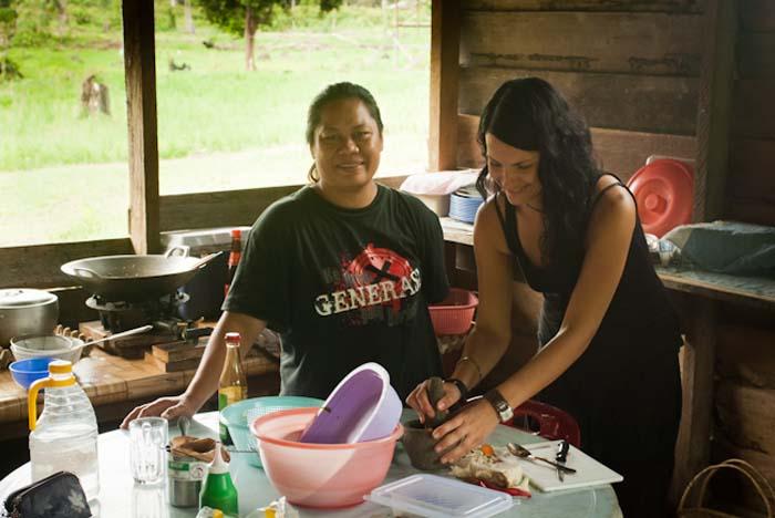 Anne und Betty kochen, Mulu, Borneo Malaysia