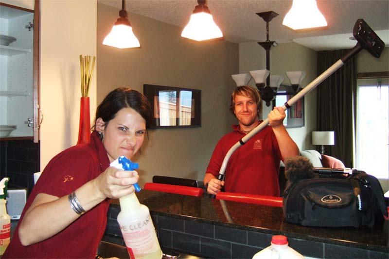 Anne und Bunki bei der Arbeit, Canmore, Alberta, Kanada