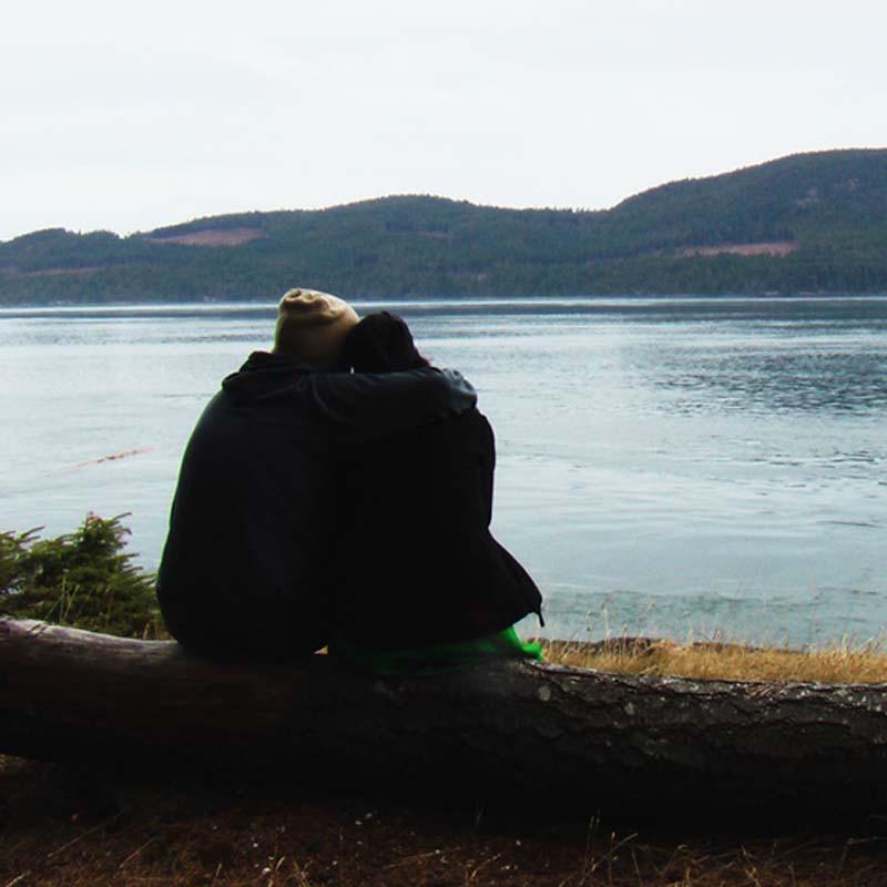 Anne und Bunki blicken auf eine Bucht von Vancouver Island, British Columbia, Kanada