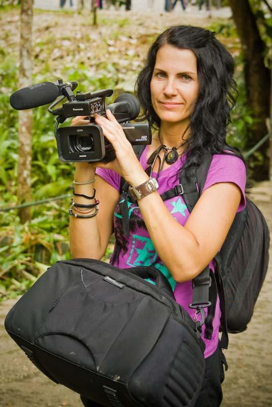 Anne voll bepackt beim Filmen, Semenggoh Wildlife Centre, Malaysia