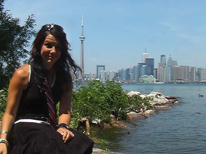 Anne vor der Skyline von Toronto, Ontario, Kanada