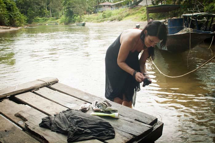 Anne wäscht unsere Wäsche im Fluß, Mulu, Borneo Malaysia