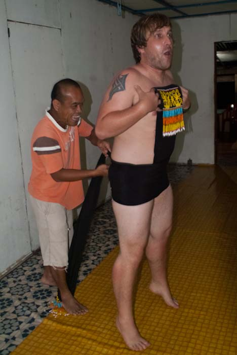 Antony hilft Bunki, Mulu, Borneo Malaysia