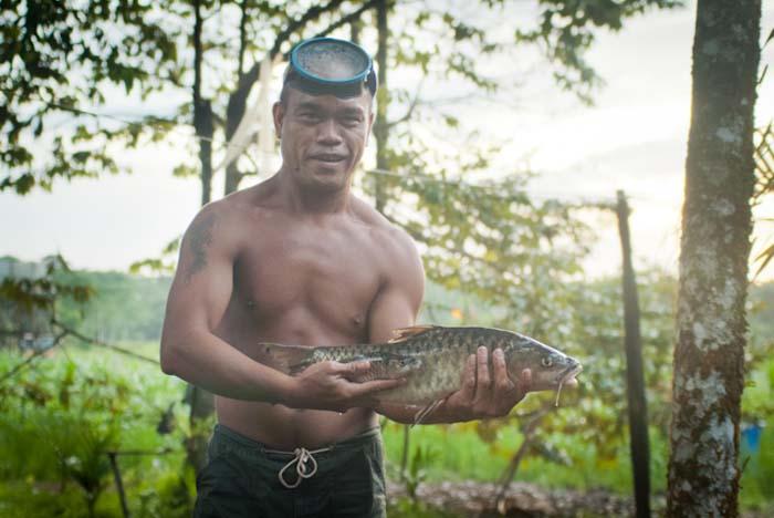 Antony zeigt stolz den Tagesfang, Mulu, Borneo Malaysia