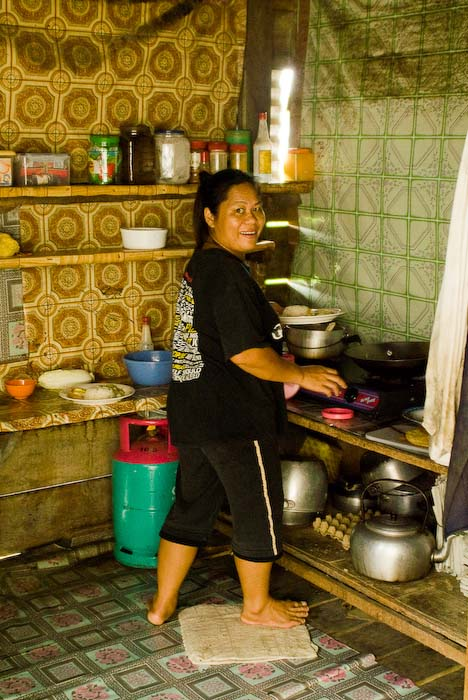 Betty in der Küche, Mulu, Borneo Malaysia