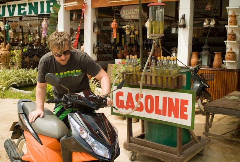 Bunki an der Tankstelle, Ko Lanta, Thailand