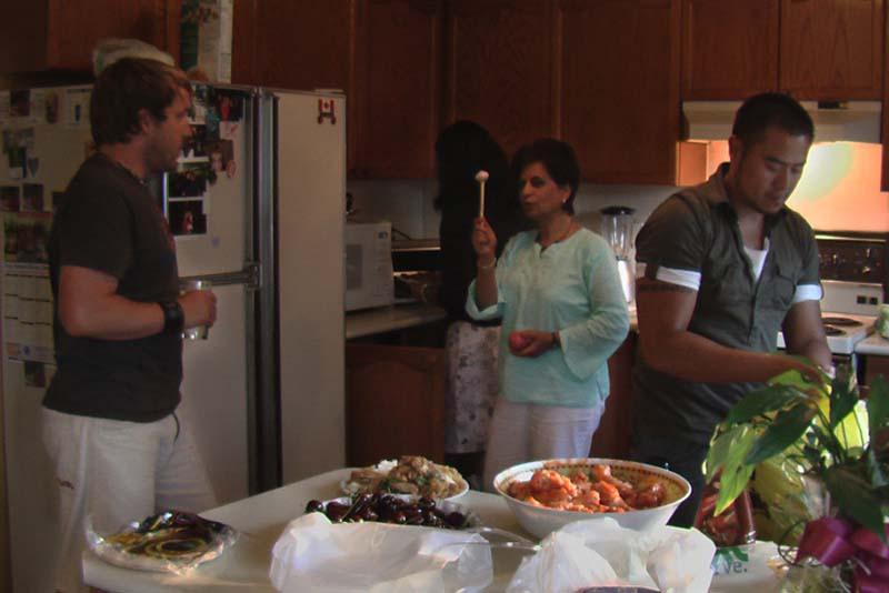 Bunki bei einer Unterhaltung mit Shashi, Toronto, Ontario, Kanada