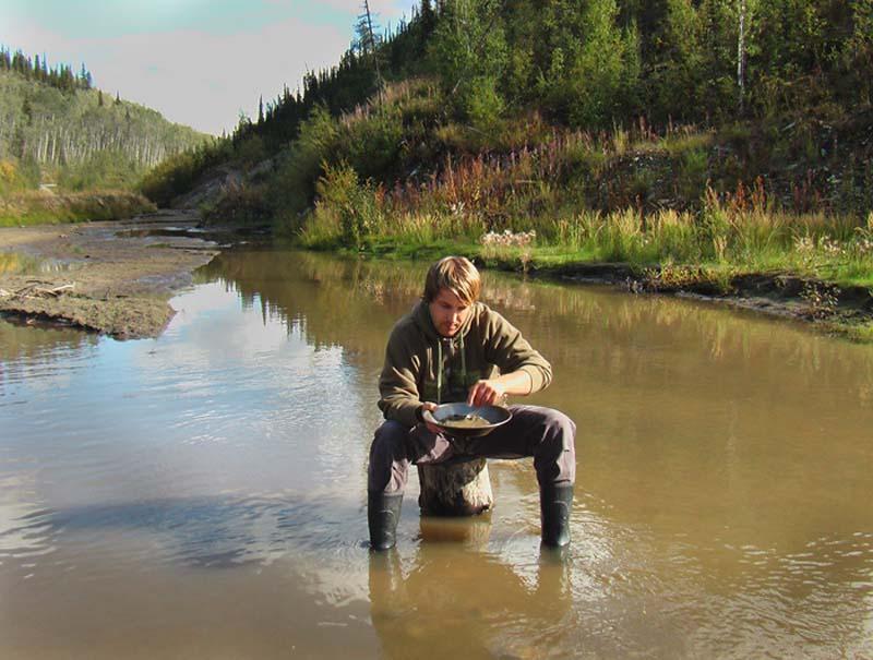 Bunki beim Gold Panning, Dawson City, Yukon, Kanada