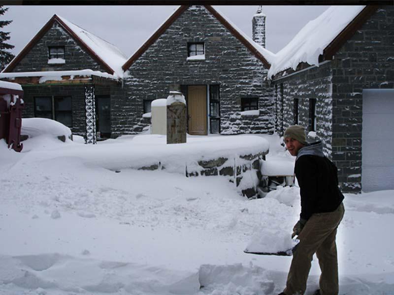 Schneeschippen auf dem Bau in Kanada