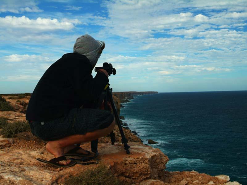 Bunki filmt die Klippenküste