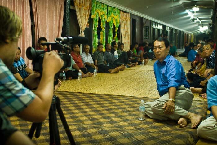 Bunki filmt die Wartenden, Iban Longhouse, nahe Betong, Borneo