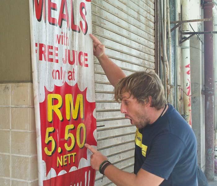 Bunki freut sich über Essen-Schnäppchen, Sandakan, Borneo, Malaysia