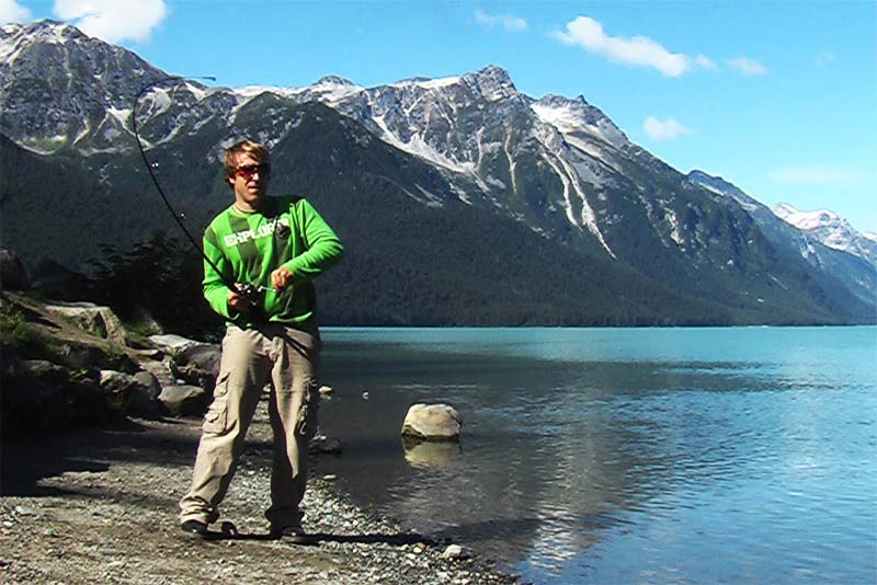 Bunki hat einen Lachs an der Angel, Haines, Alaska, USA