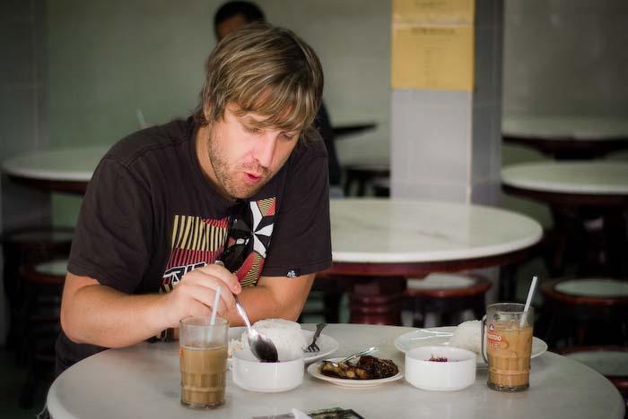 Bunki isst Angel's süß und scharf mariniertes Rindfleisch, Kuching, Borneo