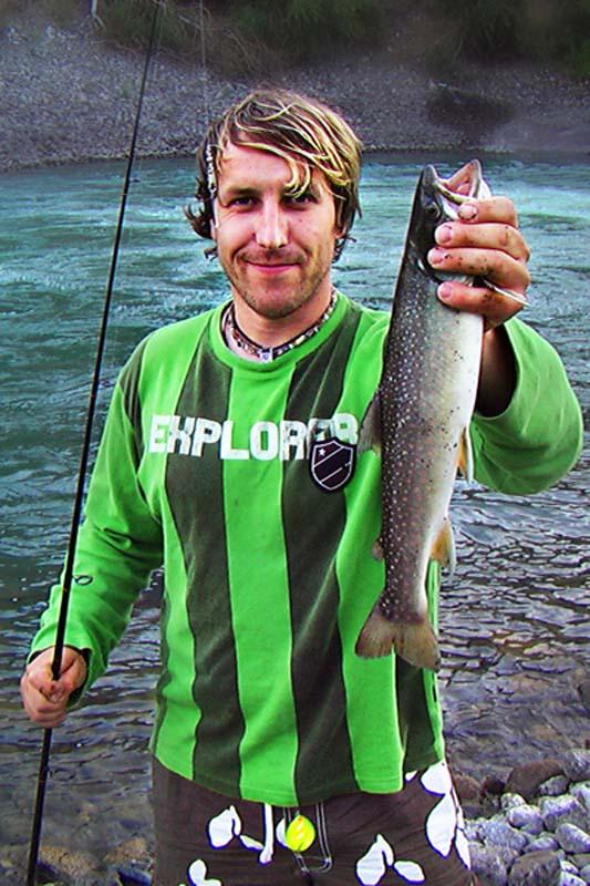 Bunki mit gefangener Lachsforelle, British Columbia, Kanada