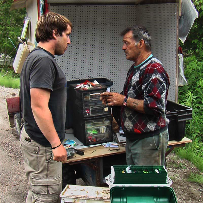 Bunki versteht kein Wort beim Angelzubehörkauf, Quebec, Kanada