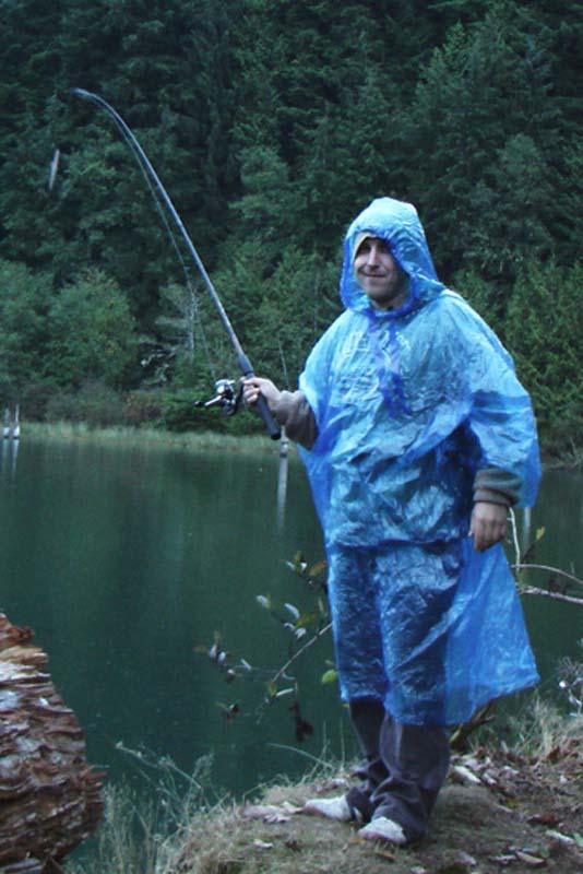 Bunki versucht sein Angelglück auch im Regen, British Columbia, Kanada