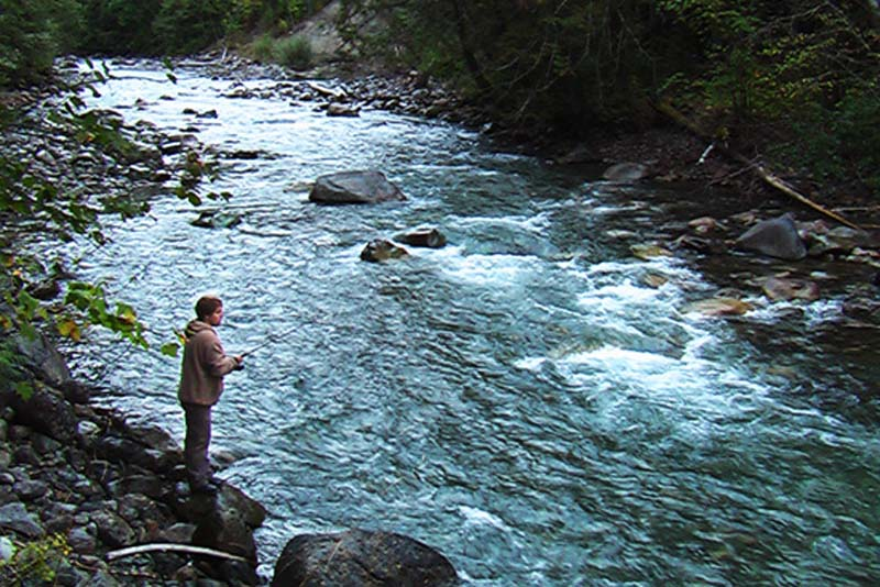 Bunki wieder beim Lachsangeln, British Columbia, Kanada
