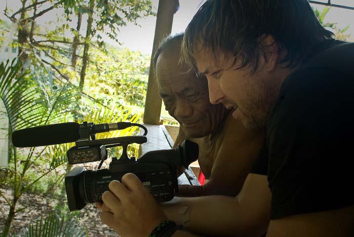 Bunki zeigt Joseph die Kamera, Mulu Nationalpark, Borneo, Malaysia