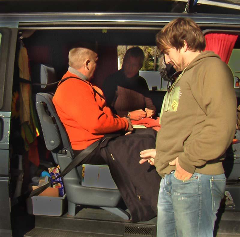 Bunkis Eltern decken sich zu wegen der kaputten Heizung im Auto, British Columbia, Kanada