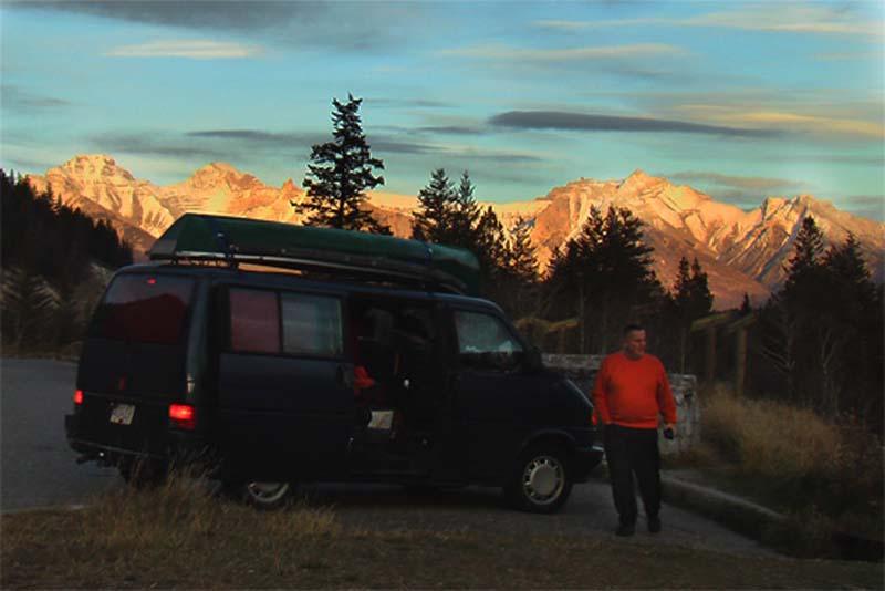 Bunkis Vater bei einem fantastischen Sonnenuntergang, Rocky Mountains, British Columbia, Kanada