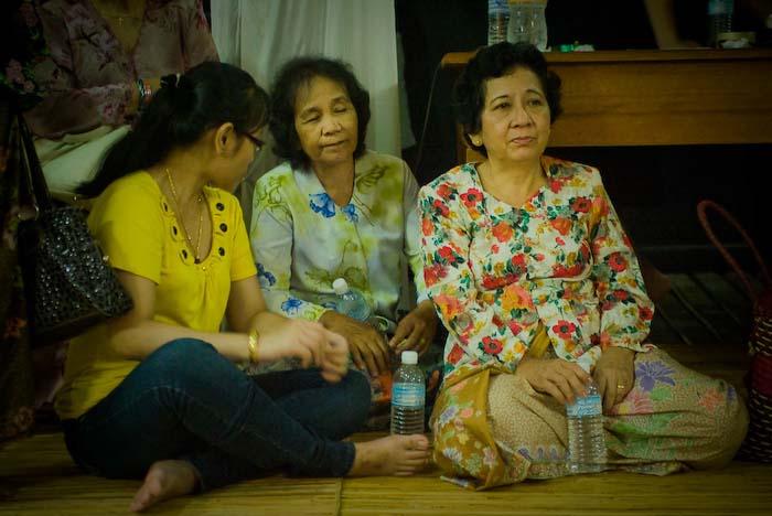 Drei Frauen warten auf das Paar, Iban Longhouse, nahe Betong, Borneo