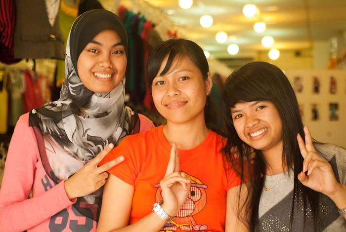 Drei Mädels, Sandakan, Borneo, Malaysia