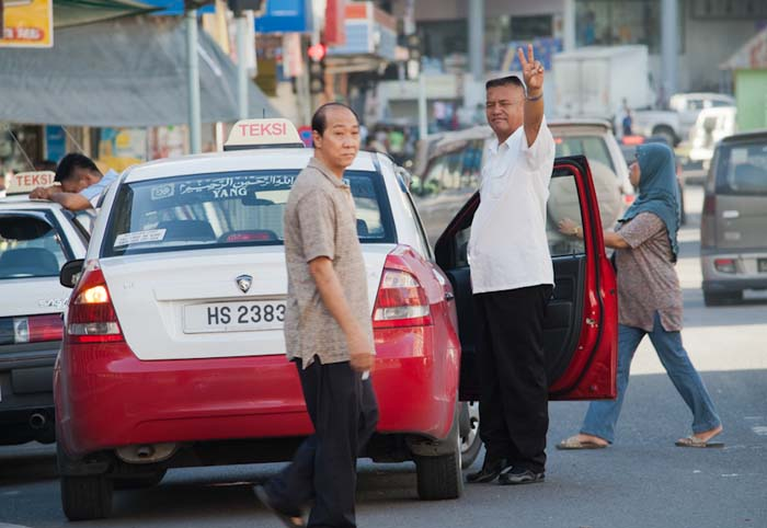 Taxifahrer güßt, Sandakan, Borneo, Malaysia